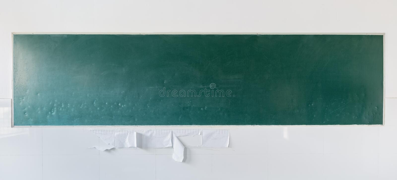 Quadro-negro velho atrás da sala de aula fotos de stock royalty free