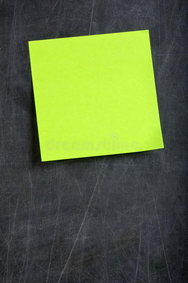 Quadro-negro verde vazio do post-it do post-it fotografia de stock royalty free