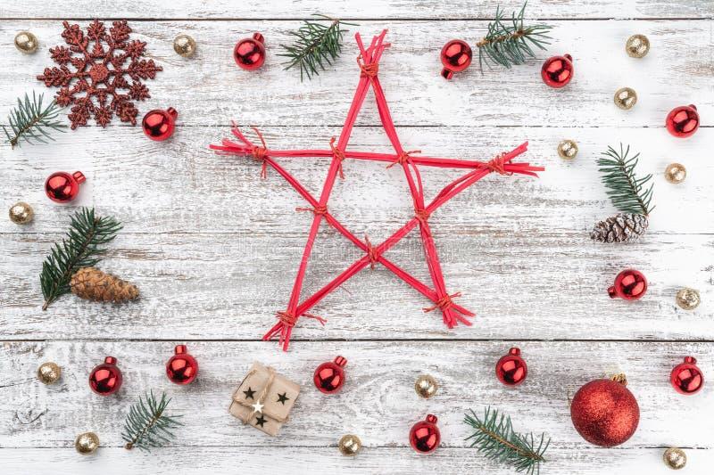 Quadro no fundo do Natal da madeira velha Artigos do Xmas Protagonizar no meio Vista superior fotos de stock royalty free