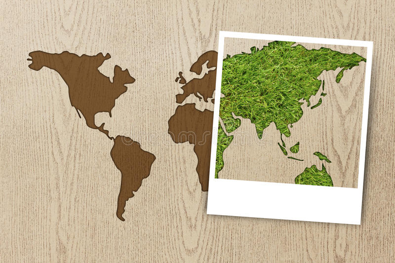 Quadro o mapa de mundo do eco da foto na textura de madeira fotografia de stock