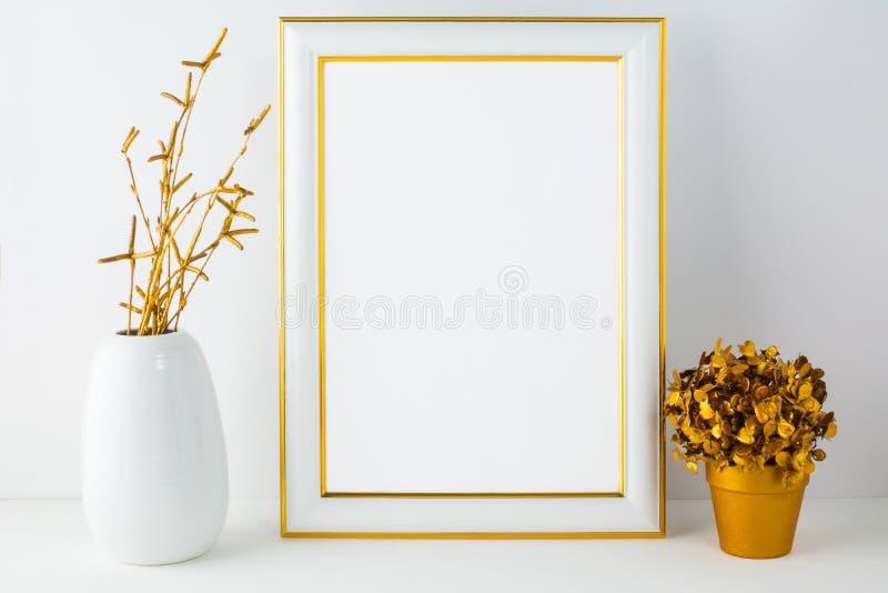Quadro o modelo com vaso branco e o potenciômetro de flor dourado foto de stock royalty free