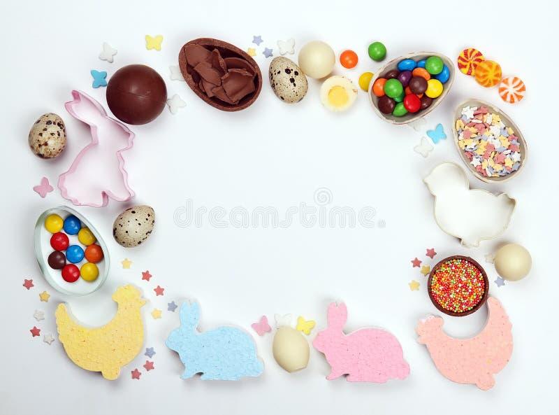 Quadro ovos de chocolate e decorações de easter em um fundo branco fotos de stock