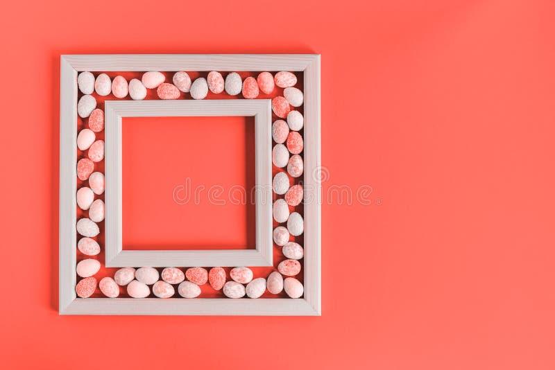 Quadro pequeno coral monocromático dos ovos da páscoa imagem de stock royalty free