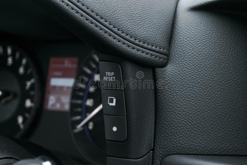 Quadro portastrumenti dell'automobile, primo piano del cruscotto con il tachimetro visibile e bottoni di viaggio dettagli moderni immagini stock