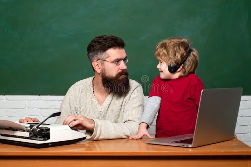 Quadro pronto para o texto Professor e crian?a Alunos Menino novo que faz seus trabalhos de casa da escola com seu pai foto de stock