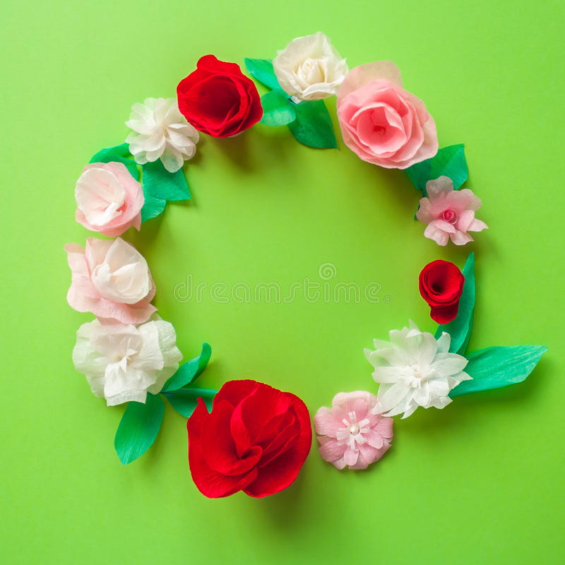 Quadro redondo com a flor de papel da cor no fundo verde ilustração do vetor