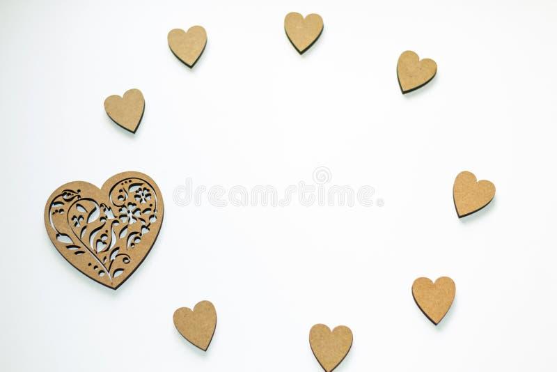 Quadro redondo de corações de madeira no fundo branco com espaço da cópia Conceito da mola, amor, sentimentos, luminosidade, tern imagem de stock royalty free