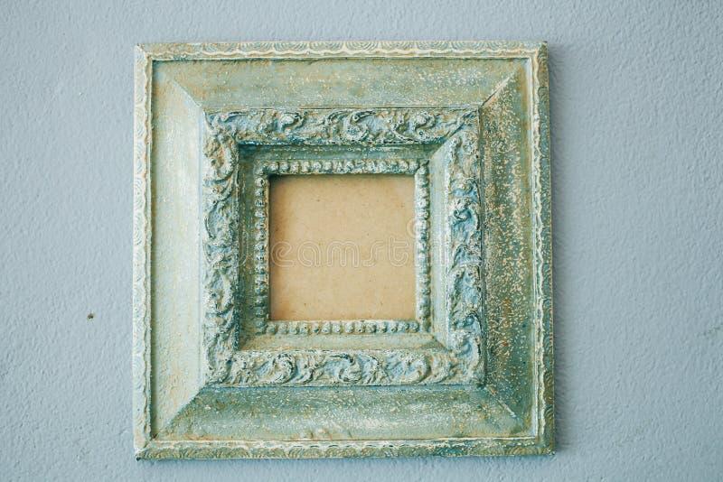Quadro vazio antigo na parede branca fotografia de stock