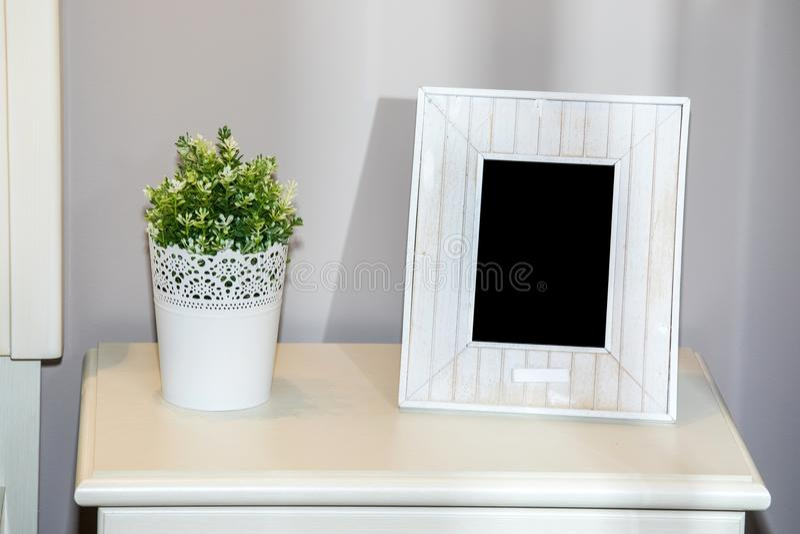 Quadro vazio branco da foto na caixa de gavetas fotografia de stock