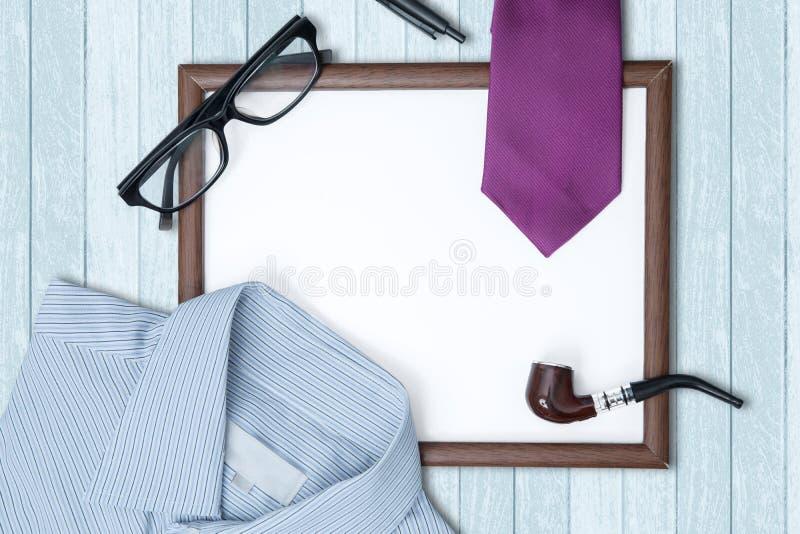 Quadro vazio com presentes na tabela foto de stock
