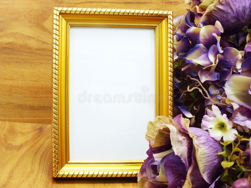 Quadro vazio da foto com flor artificial imagens de stock royalty free