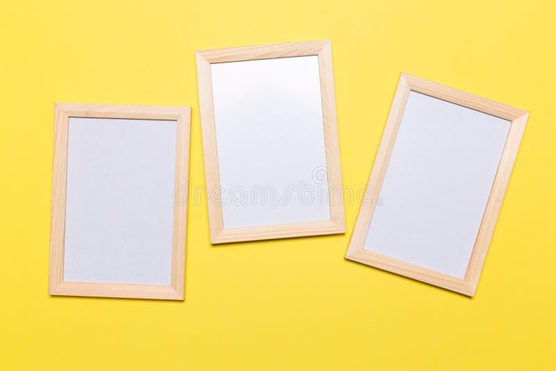 Quadro vazio em um fundo amarelo imagem de stock royalty free