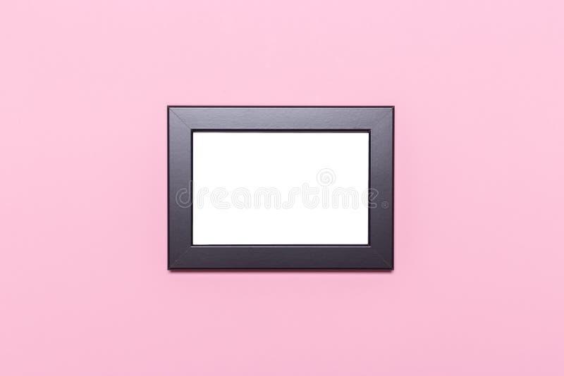 Quadro vazio em um fundo cor-de-rosa pastel fotos de stock