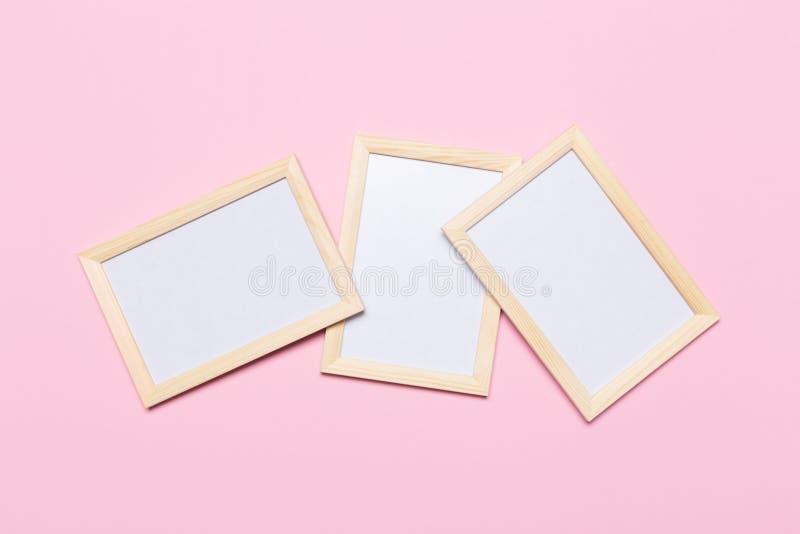 Quadro vazio em um fundo cor-de-rosa pastel fotografia de stock