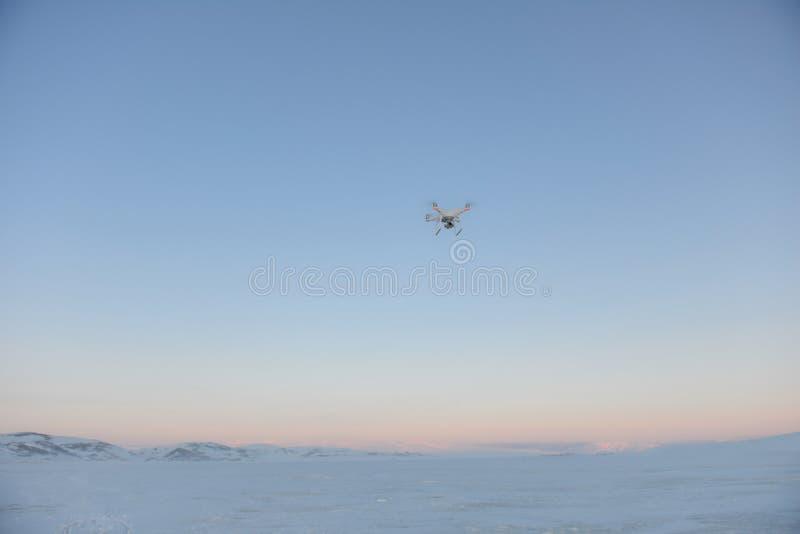 Quadrocopter трутня завиша в небе стоковая фотография rf