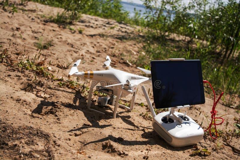 Download Quadrocopter в пляже стоковое изображение. изображение насчитывающей самолета - 81804275