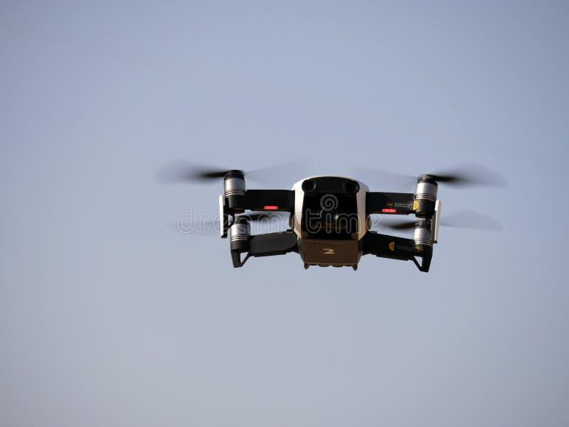 Quadrocopter дилетанта с фото и видеокамерой стоковые изображения