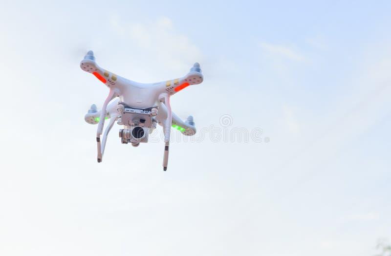 Quadrocopter-Brummen mit der Kamera stockbilder