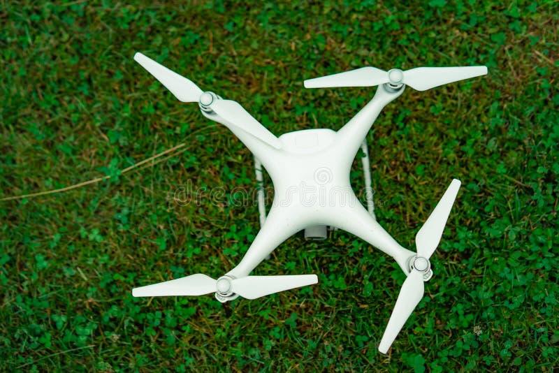 Quadrocopter del abejón con la cámara que se prepara para comenzar imagen de archivo libre de regalías
