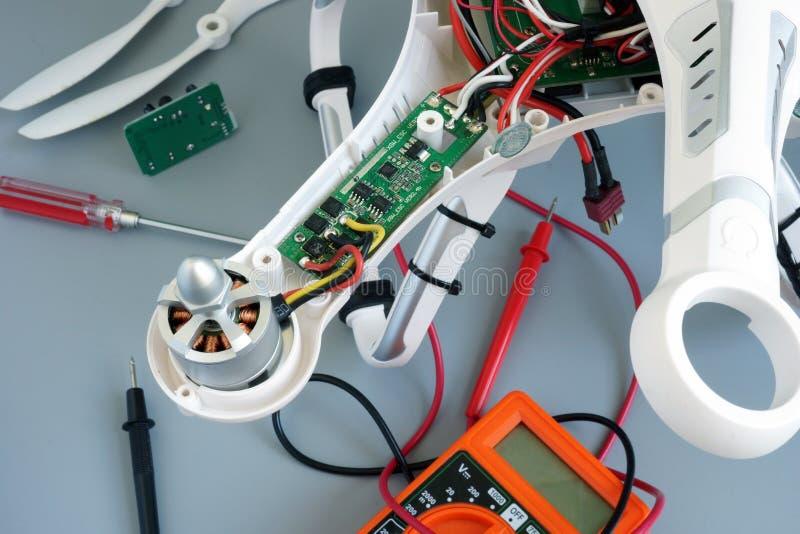 Quadrocopter desmontado do zangão sob o reparo para problemas da fixação fotos de stock royalty free