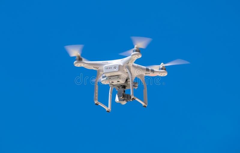 Quadrocopter do zangão com câmara digital imagens de stock royalty free