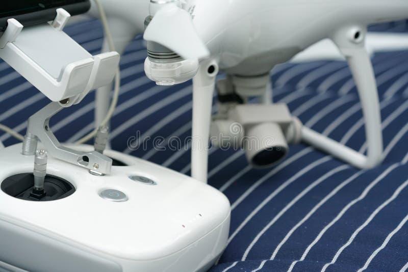 Quadrocopter et contrôleur par radio image stock