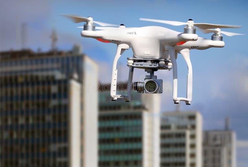 Quadrocopter, Hubschrauber, Brummen in der Aktion lizenzfreie stockbilder