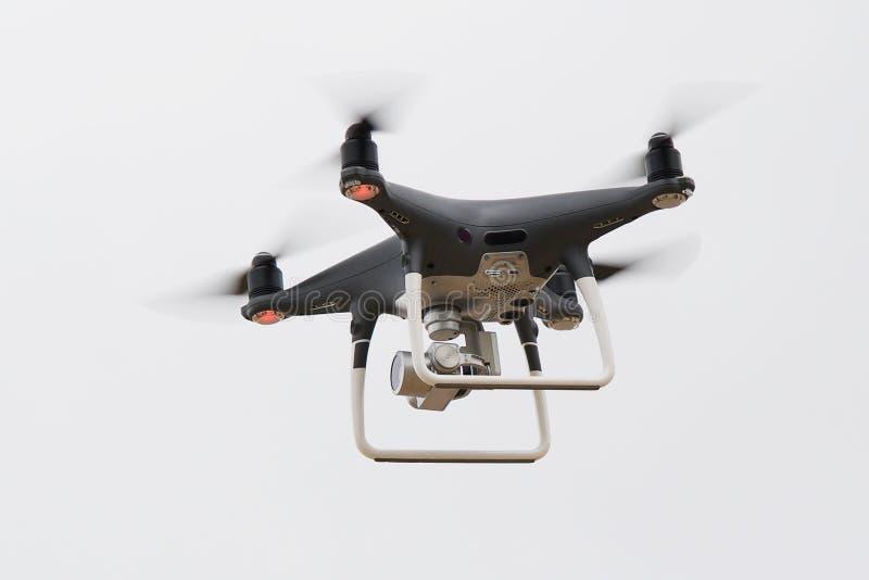 Quadrocopter i himlen royaltyfri fotografi