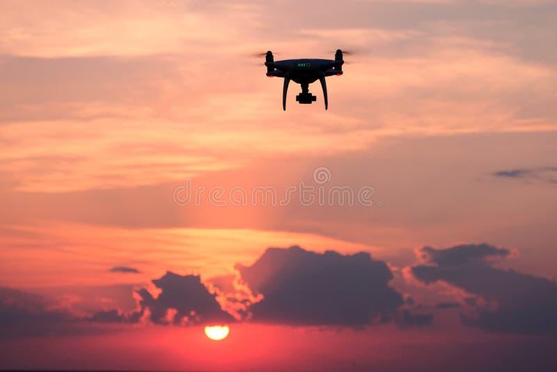 Quadrocopter lata w zmierzchu z pięknymi chmurami Pojęcie fotografia i wideo z pomocą trutnia z powietrzem w natura obraz stock