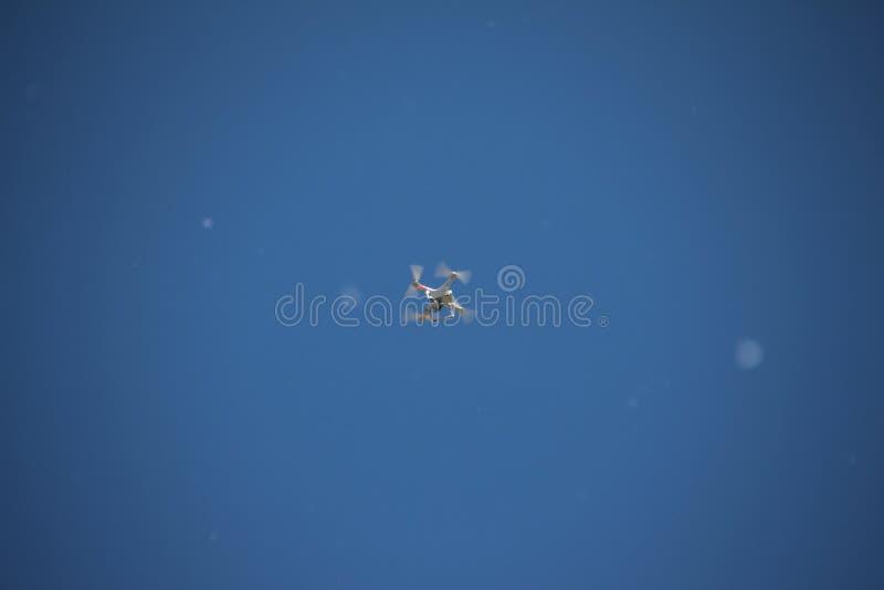 Quadrocopter no céu imagem de stock