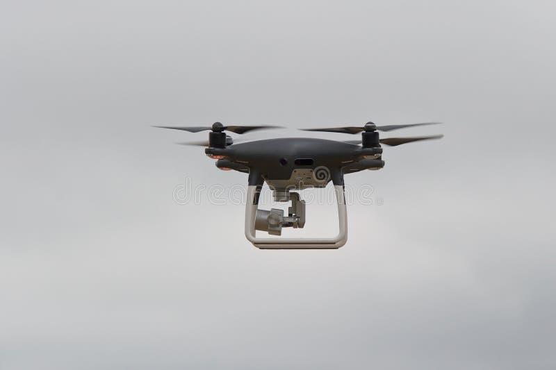 Quadrocopter No c?u no trabalho imagem de stock royalty free