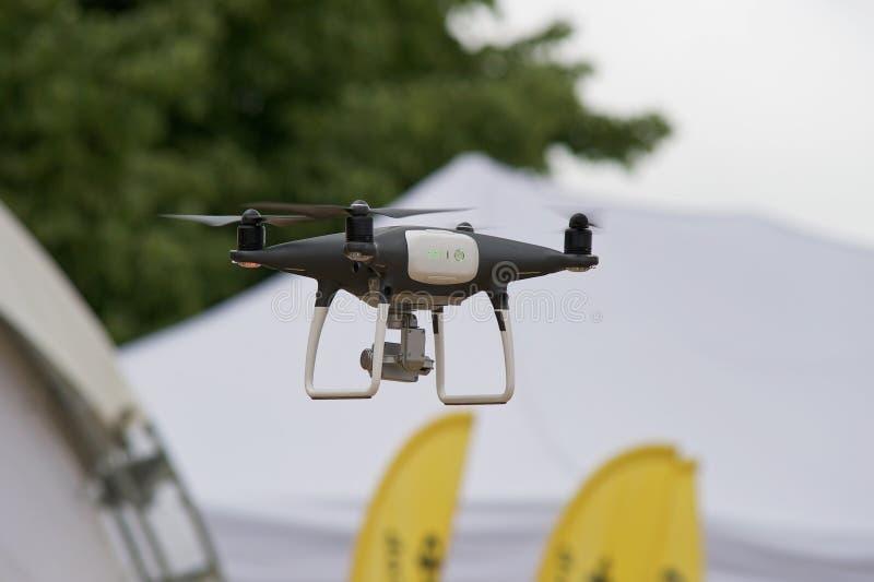 Quadrocopter no c?u imagens de stock royalty free