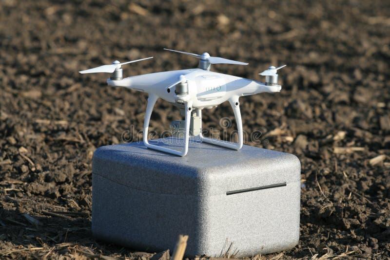Quadrocopter ter plaatse na het videotaping van competities stock afbeelding