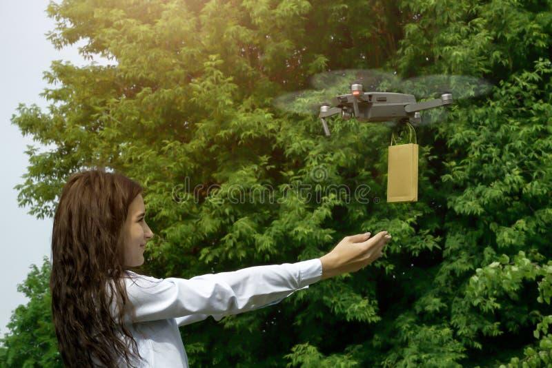 Quadrocopter a volé avec un cadeau pour la fille image libre de droits