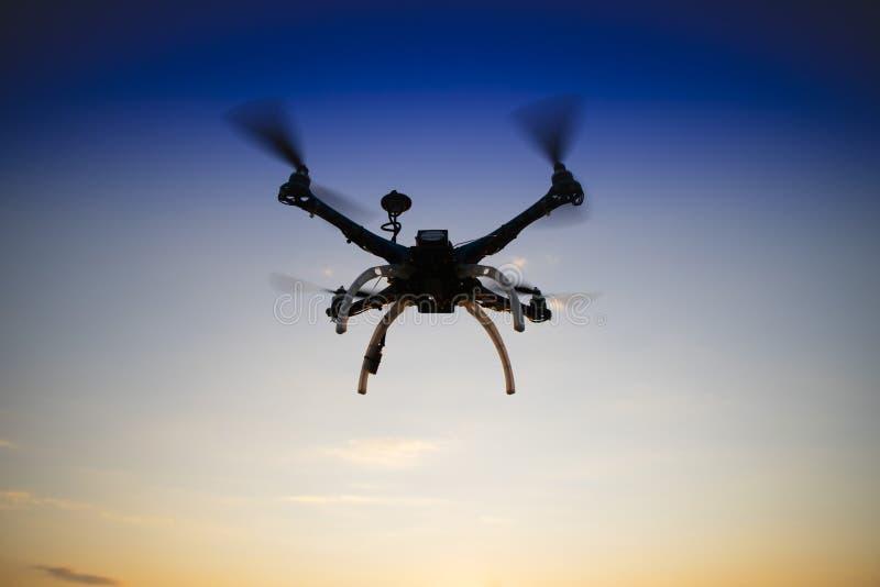 Quadrocopter w locie przy zmierzchem zdjęcia stock