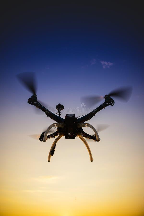 Quadrocopter w locie przy zmierzchem fotografia stock