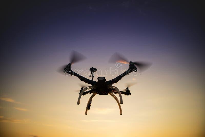 Quadrocopter w locie przy zmierzchem zdjęcie stock