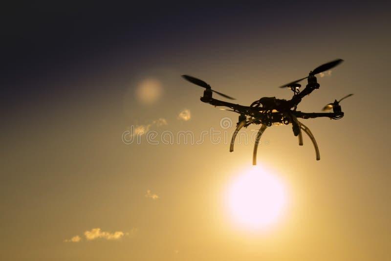 Quadrocopter w locie przy zmierzchem zdjęcie royalty free