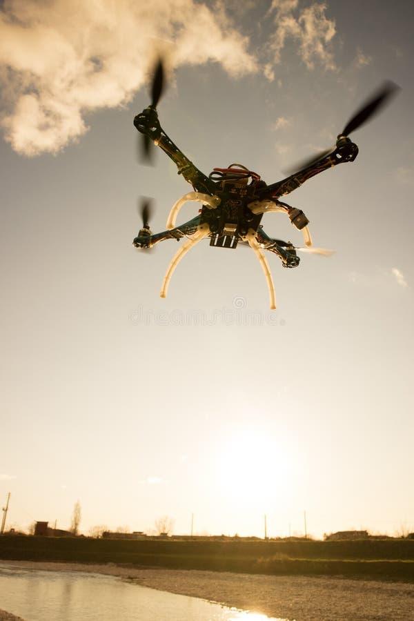 Quadrocopter w locie przy zmierzchem obraz royalty free