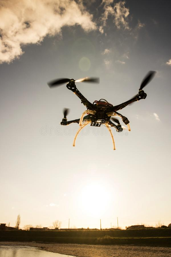 Quadrocopter w locie przy zmierzchem obraz stock