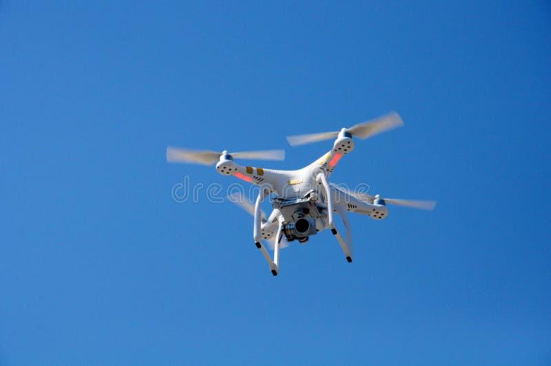Quadrocopter w powietrzu obrazy stock