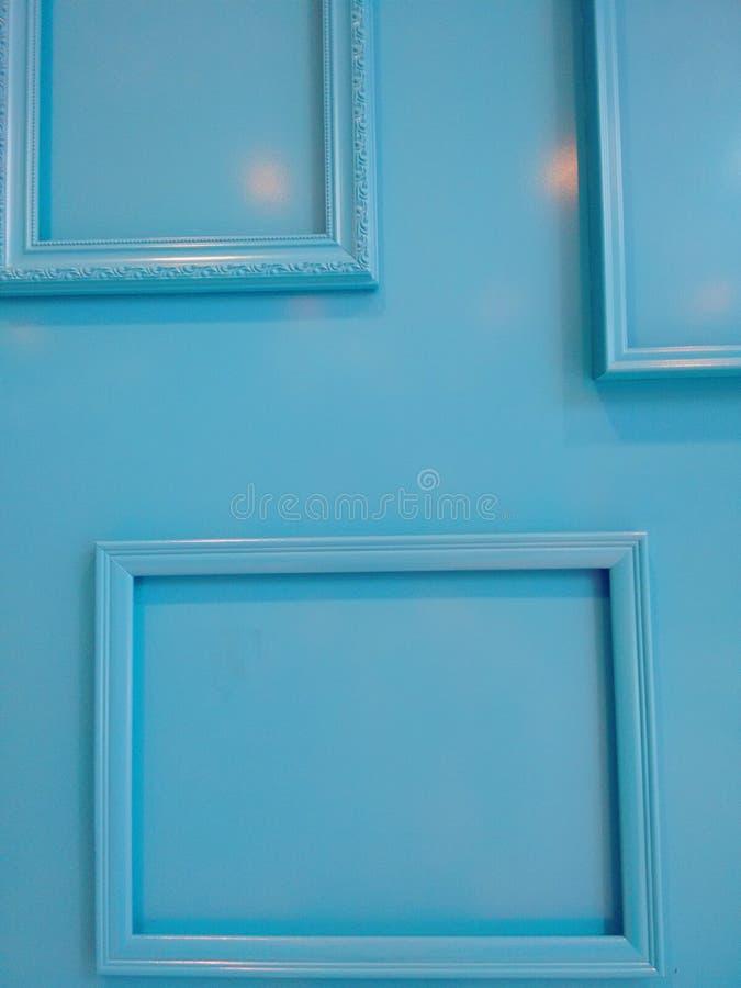 Quadros azuis em paredes azuis imagens de stock