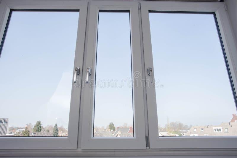 Quadros de janela plásticos novos, vinil no conceito novo da casa imagens de stock
