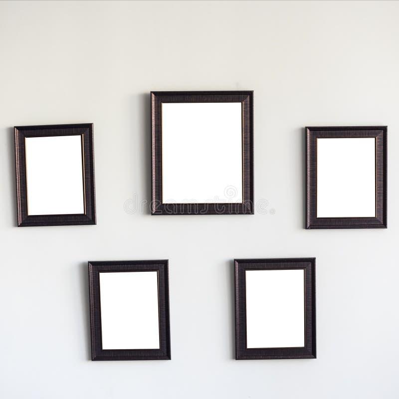 Quadros de madeira vazios da foto na parede imagens de stock