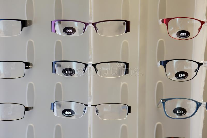 Quadros dos vidros para a venda em uma loja dos óticos foto de stock royalty free