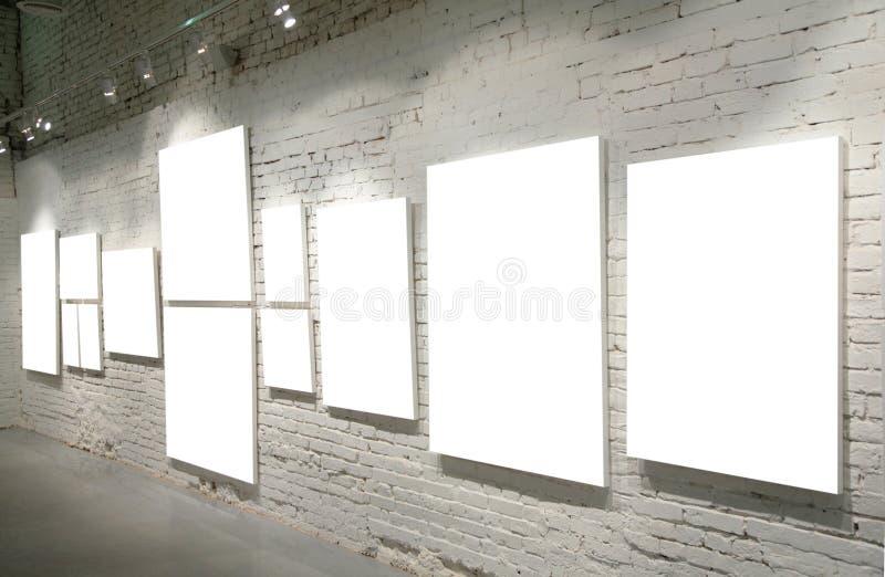 Quadros na parede de tijolo imagens de stock