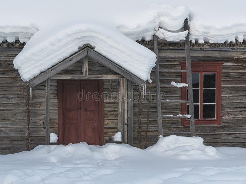 Quadros vermelhos tradicionais da porta e de janela imagem de stock