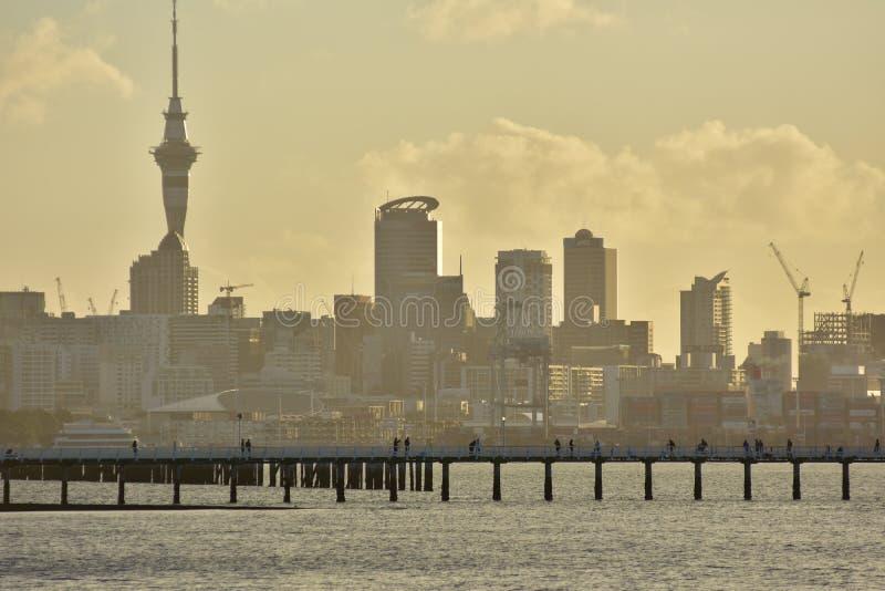 Quai d'Orakei et silhouette d'Auckland photo stock