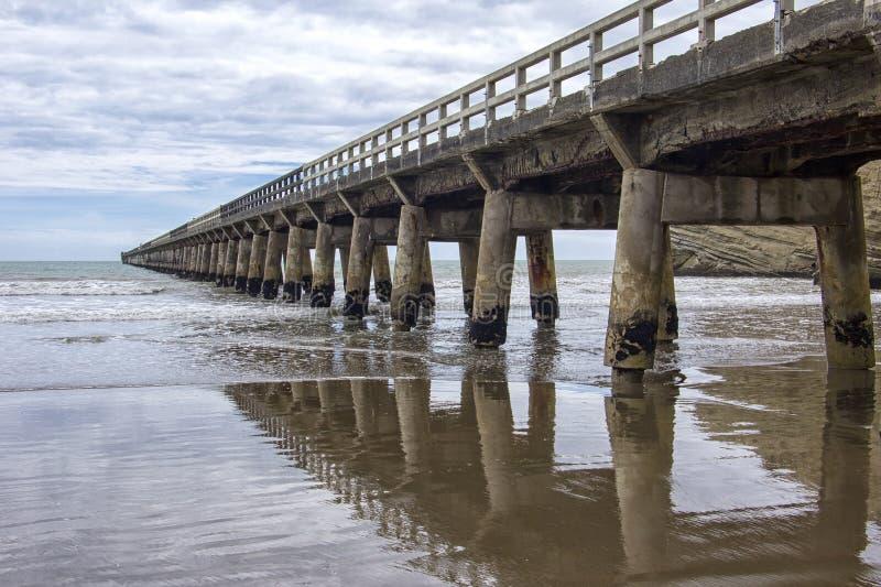 Quai de baie de Tolaga, l'océan pacifique, Gisborne, Nouvelle-Zélande images libres de droits