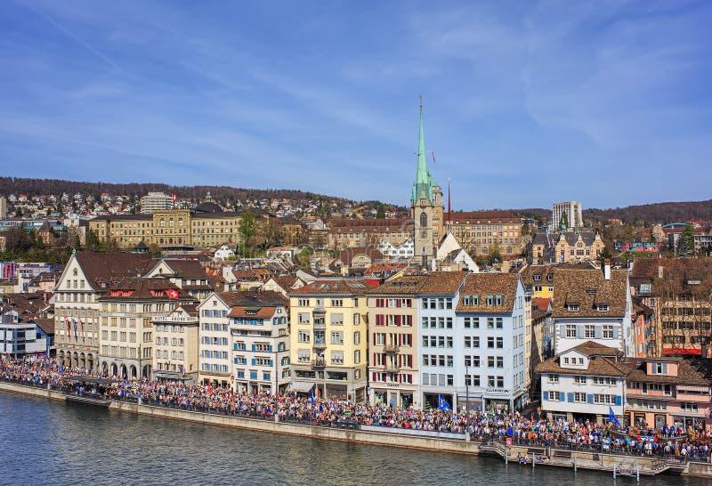 Quai de Limmatquai à Zurich pendant le défilé de Sechselauten photos libres de droits